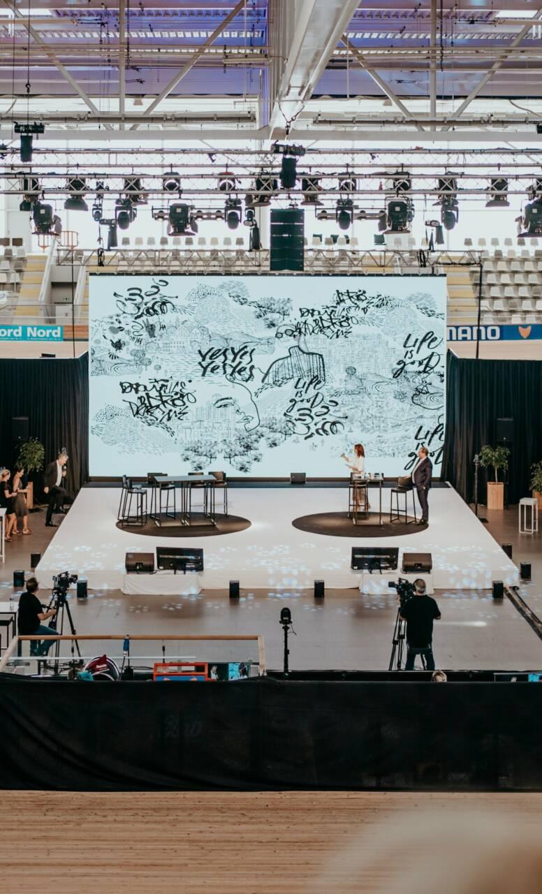 Espace scénique avec l'installation d'un mur LED sur-mesure de 60m² pour cet évènement hybride.